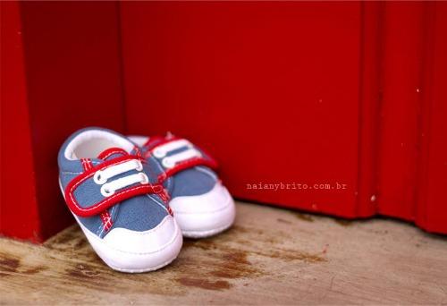 Sapatinho de bebê em jeans com detalhes vermelhos. Foto: Naiany Britto.